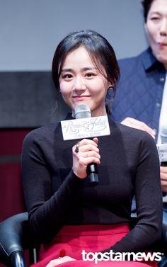 [HD포토] 문근영 소녀소녀한 미소  #로미오와줄리엣 #문근영 11월 14일 서울 용산구 한남동 블루스퀘어에서 열린 연극 로미오와 줄리엣 제작발표회에 문근영이 참석했다.    문근영이 기자간담회를 갖고 있다. Moon Geun Young, Moon Chae Won, Hd Photos, Kdrama, Actresses, Songs, Princess, Female Actresses, Song Books