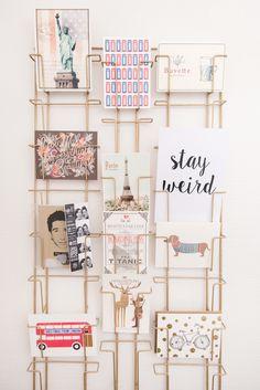 Superbe idée déco de @modeandthecity : un porte-cartes pour afficher ses cartes postales !