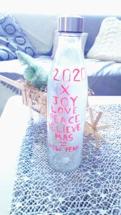 les Diy Water bottle for the Christmas dinner table and write on it wishes for the New Year. Christmas dinner party games because you know hosting a Christmas Dinner Party isn't just about cooking an unforgettable meal. It's about bringing together friends and family and appreciating another year and all it entailed. It's also about cutting lose a bit and enjoying a night of fun and games. It's a night where everyone can feel like a child again Christmas Dinner Party Games, Christmas Games, Christmas Diy, Christmas Decorations, Voss Bottle, Water Bottle, Dinner With Friends, Diy Games, Dinner Table