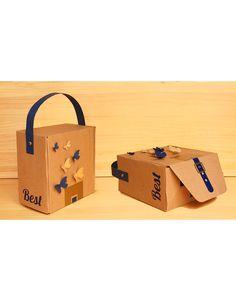 Un desayuno de regalo diferente debe ser innovador desde su empaque. Un lindo bolso con apliques de mariposas en 3D, un broche y manija en cinta, y en su interior un delicioso desayuno. Encuentra regalos únicos en el eCommerce de La Confitería. Sandwich Jamon Y Queso, Victoria, 3d, Interior, Pattern, Business Gifts, Ham And Cheese, Unique Gifts, Packing