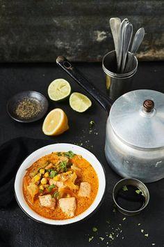 Currytahna ja kookosmaito tuovat lohikeittoon thaimaalaista makua.