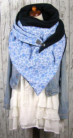 XXL Dreieckstuch mit 2 verschiedenen Seiten. Die eine ein  weicher Fleece in dunkelblau, die Andere ein schöner Baumwollstoff in weiß/ blau mit Blumenspitzenoptik bedruckt. . Zum Schließen habe...