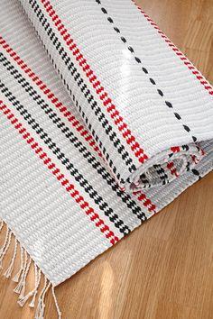 Niisi välillä mattoloimi kuderipsiksi, eli aina kaksi lankaa vierekkäin samalle varvalle. Jämäkkä ja siisti Tiltu-matto (3516) on Mallikerta-lehdessä nro 2/2015.