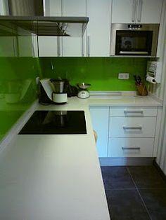 #cocinas Cocina con peto frontal del cristal en color verde