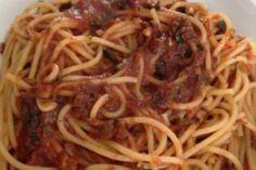 plato de espagueti a la puttanesca Veggie Recipes, Pasta Recipes, Dinner Recipes, Food Cravings, Tasty Dishes, I Love Food, Italian Recipes, Food Photography, Spaghetti
