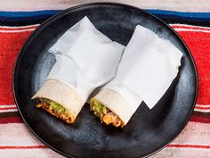 Spicy kylling-burrito med ris, salsa og guacamole
