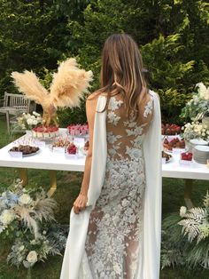 Blogger Gisele del Río (Ma Petite Sphere) wed in Niara gown from the Atelier Pronovias 2017 Collection. Photo: Bodas de cuento