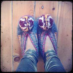 gini helie's blog: greek pompom Crochet Shoes, Crochet Slippers, Tassels, Folk, Greek, My Style, Awesome, Boots, Pattern