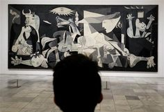 Elliott Erwitt - museum watching Series: Guernica by PIcasso - Reina Sofía Musseum - Madrid Pablo Picasso, Picasso Guernica, Kunst Picasso, Art Picasso, Picasso Paintings, Art Paintings, Elliott Erwitt, Most Famous Paintings, Art Moderne