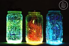 How to make a glow jar! Take a small mason jar and a 2 glow sticks. Then cut the glow sticks in half and empty into the jar. Screw on cap onto the jar and enjoy the sight of a beautiful glow jar. Pot Mason Diy, Mason Jars, Mason Jar Crafts, Glass Jars, Fairy Glow Jars, Diy Cadeau Noel, Room Decor For Teen Girls, Cool Glow, Neon Party