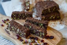 No Bake Chocolate and Nuts Oatmeal Bars by greek chef Akis. Delicious, gluten free, dairy free, rich with nutritious nuts and chocolate. Vegan Snacks, Healthy Treats, Snack Recipes, Dessert Recipes, Cooking Recipes, Confectionery Recipe, Protein Desserts, Oatmeal Bars, Dairy Free Recipes