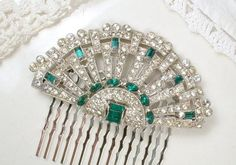 Offering a stunning, vintage Art Deco clear and emerald green crystal rhinestone fan shaped brooch than can optionally be converted into a hair