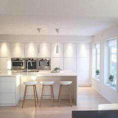 Waterfall on island counter and combine storage/seating in overhang Kitchen Room Design, Home Decor Kitchen, Kitchen Interior, Interior Design Living Room, Kitchen Dining, Interior Decorating, Küchen Design, House Design, White Decor