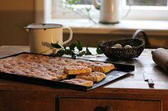 """<a href=""""/parceiros/sapo-lifestyle"""">SAPO Lifestyle</a> · Normalmente os assados feitos no forno fazem com que as nossas panelas e tabuleiros fiquem 'encardidos' com bastante facilidade. Para os seus utensílios de cozinha ficarem como novos basta fazer uma pasta à base de água oxigenada e bicarbonato de sódio e aplicar durante 30 minutos sob a zona afetada."""
