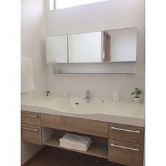 女性で、3LDKのパナソニック 洗面台/Panasonic洗面台/Panasonic/ラシス…などについてのインテリア実例を紹介。「Panasonicのラシス 色は、床や建具、キッチンと同じ〝リアロメープル〟 ショールームで一目惚れ♡ 洗面所は、来客も使うところなので、 プライベート空間の脱衣室・洗濯機置場とは別にしたくて、トイレの横に独立洗面室として作りました。 上部には、採光用にすりガラスのFIX窓。 西日が程よく入り、暖かいし、正解! 」(この写真は 2017-01-14 14:05:44 に共有されました)