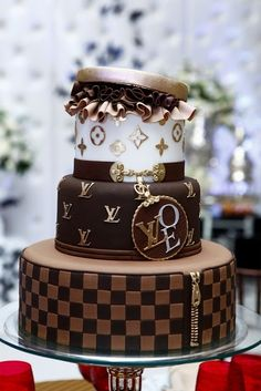 Had to share this Louis Vuitton Cake from (FB) Chocolate Cake :) .its the most elegant chocolate cake I've ever seen! Gorgeous Cakes, Pretty Cakes, Cute Cakes, Amazing Cakes, Unique Cakes, Creative Cakes, Louis Vuitton Cake, Super Torte, Fancy Cakes