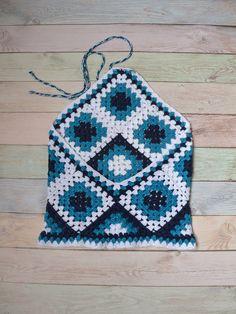 Este top de encaje hecho a mano crochetted en estilo étnico está hecho de algodón mercerizado de calidad y motivos cuadrados de varios colores, colores de mar, en blanco y azul. Este top con los hombros abiertos y espalda. Es muy femenino túnica. La parte superior puede ser usado en