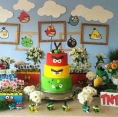 A criança não consegue se decidir se quer Angry Birds ou Hot Wheels!