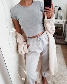 - 10 Pijamas femeninas que tú misma puedes armar – the latest lounge outfit , outfit , outfit lazy days , lounge wear Tumblr Outfits, Mode Outfits, Fashion Outfits, Sporty Fashion, Teen Outfits, Ski Fashion, Sporty Chic, Lazy Day Outfits For School, School Ootd