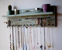Puerta del closet mounted necklace holder. Jewellery storage. Aqua blue stain. Earrings holder. Bracelet bar
