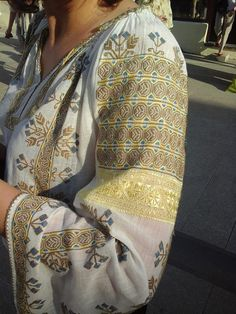 Romanian blouse - Oltenia coase ie Folk Embroidery, Cross Stitch Embroidery, Traditional Art, Traditional Outfits, Romanian Wedding, Ethnic Fashion, Womens Fashion, Lesage, Embroidered Clothes