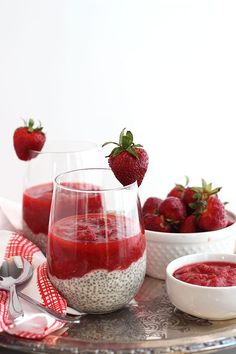 Savor the end of rhubarb season by making up this strawberry rhubarb chia pudding for a simple and delicious make-ahead, vegan and gluten free breakfast. Best Chia Pudding Recipe, Pudding Recipes, Pudding Desserts, Pudding Corn, Suet Pudding, Biscuit Pudding, Figgy Pudding, Tapioca Pudding, Cheesecake Pudding