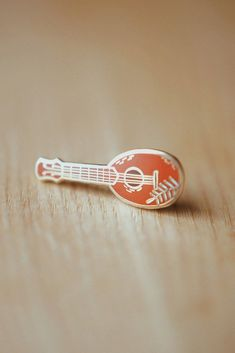 This pineapple ukulele enamel pin is the perfect gift for any ukulele player. You can place it on your ukulele gig bag, strap,. Pineapple Ukulele, Uke Strings, Ukulele Design, Ukulele Straps, Glassine Envelopes, Cute Pins, Pin And Patches, Pin Collection, Enamel