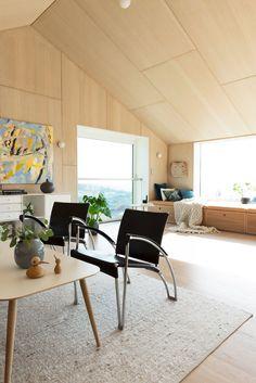 Månedens hjem er et spesielt og interessant trehus Plywood Interior, Interior Walls, Interior Modern, Living Room Interior, Home Living Room, Interior Architecture, Living Spaces, Interior Design, Plywood Ceiling
