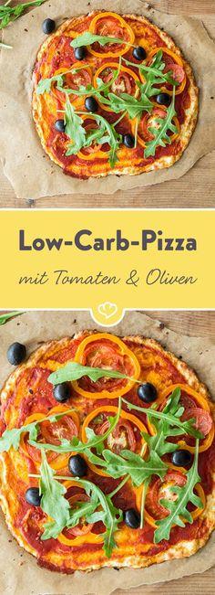 Ganz schön vielseitig, so ein Blumenkohl, der bei dieser leichten Low-Carb-Pizza den klassischen Hefeteig ausbootet und zusammen mit geriebenem Gouda einen super leckeren Pizzaboden hermacht.