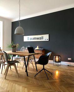 """Esszimmer/Holztisch aus alten Dielen/schwarze Wand mit """"Baumwall-U-Bahnschild/Fischgrätenparkett"""