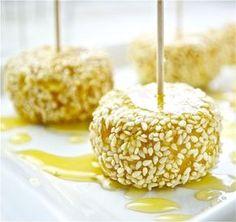 Queso frito con sésamo y miel