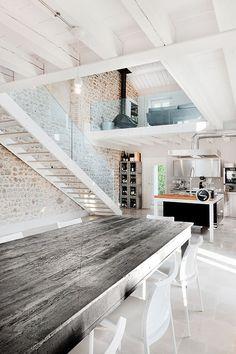 La table, l'escalier et la deco des mure et couleur general pour la maison de barbie...