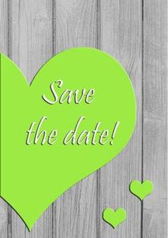 green heart on wooden fence, save the date Vorderseite