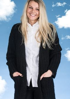 Elegant og tidsløs cardigan med lommer i den bløde Mayflower Sky. Gratis strikkeopskrift lige til at hente! Mayflower Sky er en eksklusiv blød og lækker kvalitet bestående af 41 % Alpakke. En garnkvalitet der er helt fantastisk at strikke i. [Strik, hækl, yarn, knitting, Mayflower Strikkegarn]