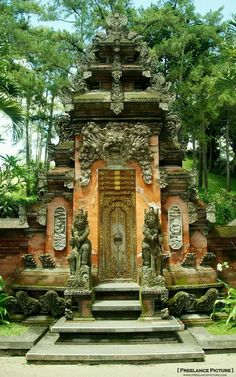 Hindu temple in the heart of Ubud, Bali, Indonesia Bali Lombok, Ubud Bali, Ubud Indonesia, Oh The Places You'll Go, Places To Travel, Places To Visit, Temples, Beautiful World, Beautiful Places