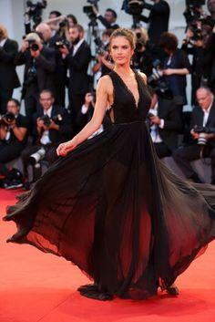 Izabel Goulart modelo no red carpet vestido preto, brazilian model