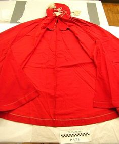 Women's cape, dated c. 1800, Massachusetts. Red wool. Historic New England # 2006.44.1293AB. Found via the 18th Century Notebook.
