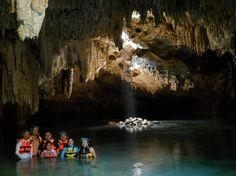 Una familia maya en la Cenote Labnaha en Mexico. Un Cenote es un cueva submarina.