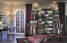 Posé à même le mur, ce système de rangement classique donne l'impression de disposer d'un walk-in multifonctionnel directement dans la chambre. Vêtements, chaussures, sacs à main et literie y trouvent leur compte. Élégants et pratiques, les rideaux ajoutent une sacrée dose de style.