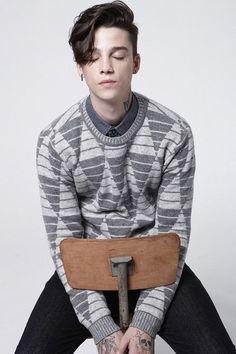 Consider androgynous haircuts which allow you to exhibit an on-trend and cool unisex style. Androgy haircut is a gender-neutral style that looks both male and female. Androgynous Haircut, Androgynous Fashion, Androgyny, Tomboy Fashion, Androgynous Girls, Queer Fashion, Tomboy Style, Tomboy Outfits, Emo Outfits