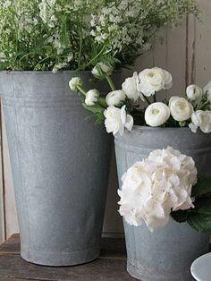 Beautiful Flower Arrangements, Wedding Arrangements, Floral Arrangements, Beautiful Flowers, Galvanized Planters, Wooden Garden Planters, Garden Pots, Summer Deco, Garden Accessories