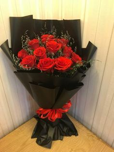 Valentines Day Wine, Valentines Flowers, Red Rose Bouquet, Bouquet Wrap, Bunch Of Flowers, Diy Flowers, Creative Flower Arrangements, Diy Plastic Bottle, Pretty Birthday Cakes