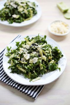 Creamy Apple and Kale Salad - interesting dressing recipe. Hoping the dressing and sweet fruits will coax the kids into liking raw kale. Kale Salad, Soup And Salad, Salmon Salad, Shrimp Salad, Quinoa Salad, Granny Smith, Clean Eating, Healthy Eating, Slow Cooker Recipes