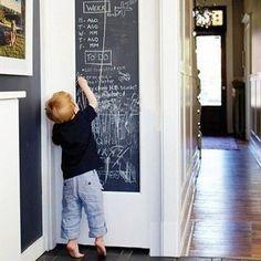 Pomysłowy gadżet dla tych, co muszą zawsze coś zmalować. Tablica kredowa w formie samoprzylepnej tapety – idealna do domu i pracy.