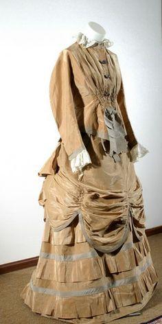 Abito da passeggio con tournure in taffetà di seta di colore nocciola e inserti in pizzo valenciennes - 1882-1885
