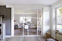 Heller Wohnbereich mit Glasschiebetür