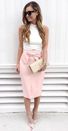 Obsessed with this pale pink pencil skirt! So chic!