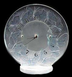 Gorgeous Art Deco Clock, by René Lalique. Vase Lalique, Lalique Jewelry, Lalique Perfume Bottle, Perfume Bottles, Art Nouveau, Art Deco, Vases, Mantel Clocks, Antique Clocks