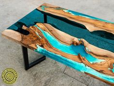 Live edge effect river dining table with turquoise glowing resin - A Möbel - Epoxy Wood Table, Wooden Tables, Live Edge Table, Live Edge Wood, Diy Table, Dining Table, Table Bench, Sofa Tables, Arreglos Ikebana