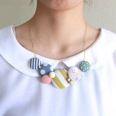 Necklace with covered buttons. DIY jewelry and wall art inspiration. Button Necklace, Fabric Necklace, Diy Necklace, Gold Necklace, Textile Jewelry, Fabric Jewelry, Handmade Accessories, Handmade Jewelry, Diy Collier